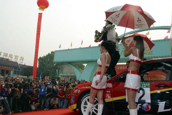 夺得国际杯组、全场两项冠军.咳速停车队凭借英国外援马丁、本土车