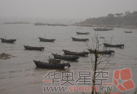 大雨落幽燕,白浪淘天,秦皇岛外打渔船(摄影/张鑫明)