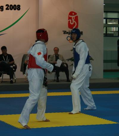 跆拳道队进行教学表演