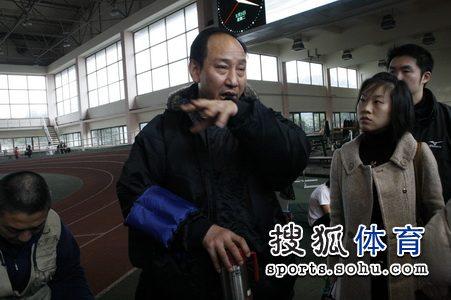 [组图]孙海平谢文骏赴美 携神秘礼物行前谢记者