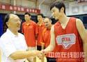 刘鹏看望中国男篮
