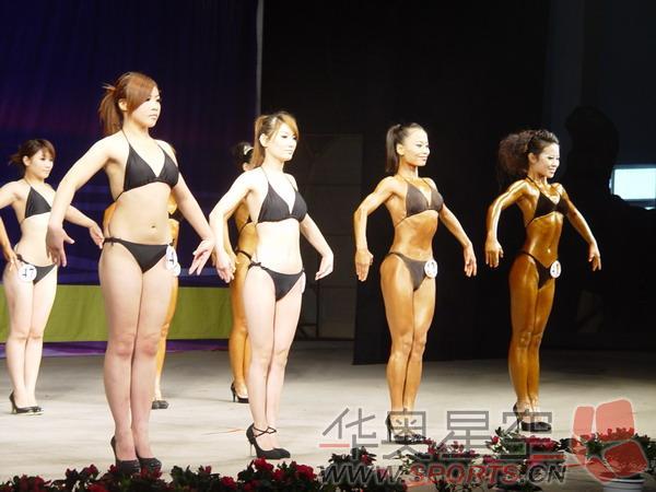 女子形体表演瞬间