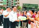 胡锦涛在深圳渔民村与跳扇子舞的村民们亲切攀谈