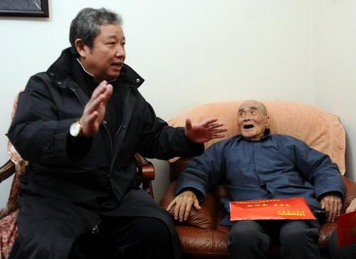 春节将至 总局领导看望老登山家史占春