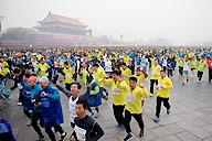 [视频]-2012年北京国际马拉松赛鸣枪起跑