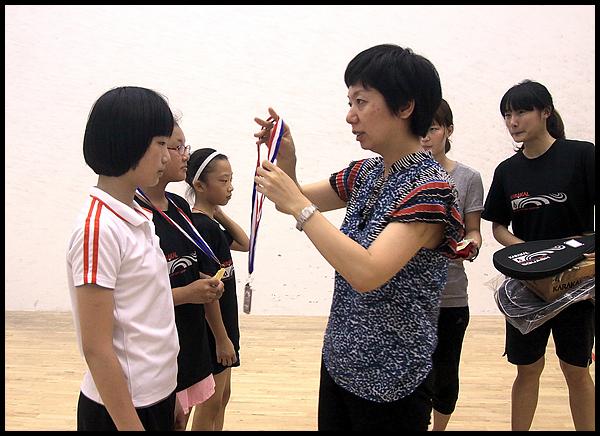 首届全国青少年壁球锦标赛 嘉宾为获奖选手颁奖