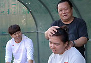 中国女子铁饼选手谭建谷思雨训练后进行放松