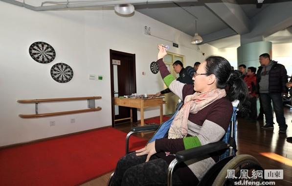 """在2013年""""国际残疾人日""""来临之际,11月29日,由济南市残联宣文处与协会(信访)办公室主办、济南市我的兄弟姐妹爱心驿站具体承办的济南市残疾人象棋飞镖比赛活动举行。图:肢体残疾人李东…[详细]"""