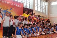 蹦床梦之队与广州小学生手拉手 何雯娜笑靥如花
