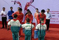蹦床奥运冠军与都江堰贫困学生结对子