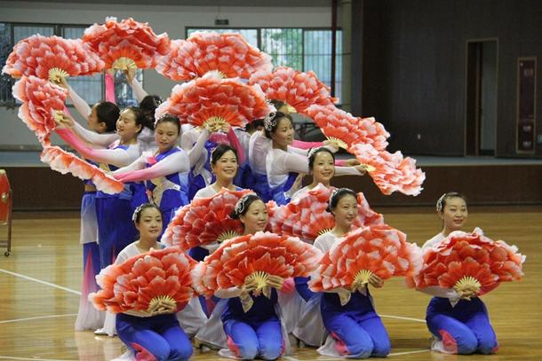 雅安市第四届老年人运动会健身腰鼓比赛在灾后重建的芦山县举行