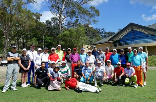 高尔夫球友的友谊赛开球仪式的快乐合影时刻.