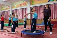 下朗小学快乐体操引关注 固定体操课重普及