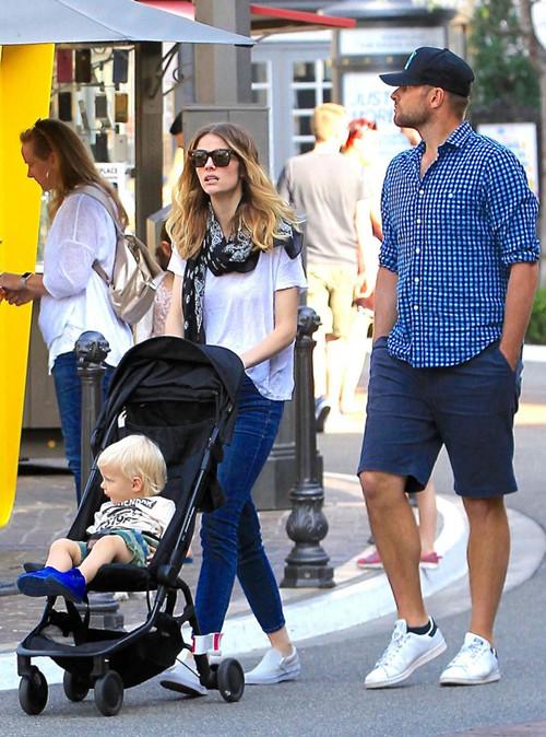 奶爸罗迪克携妻儿外出逛街