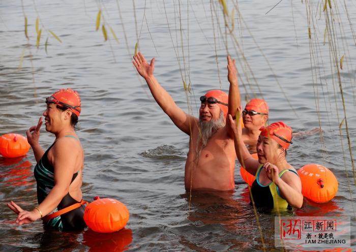 西湖冬泳迎新年