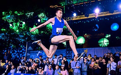 街头田径赛再度闪耀西安 朱亚明王蓉三级跳远夺冠
