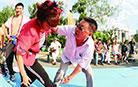 淋漓尽致样样精通 冰城姑娘爱上了中国式摔跤